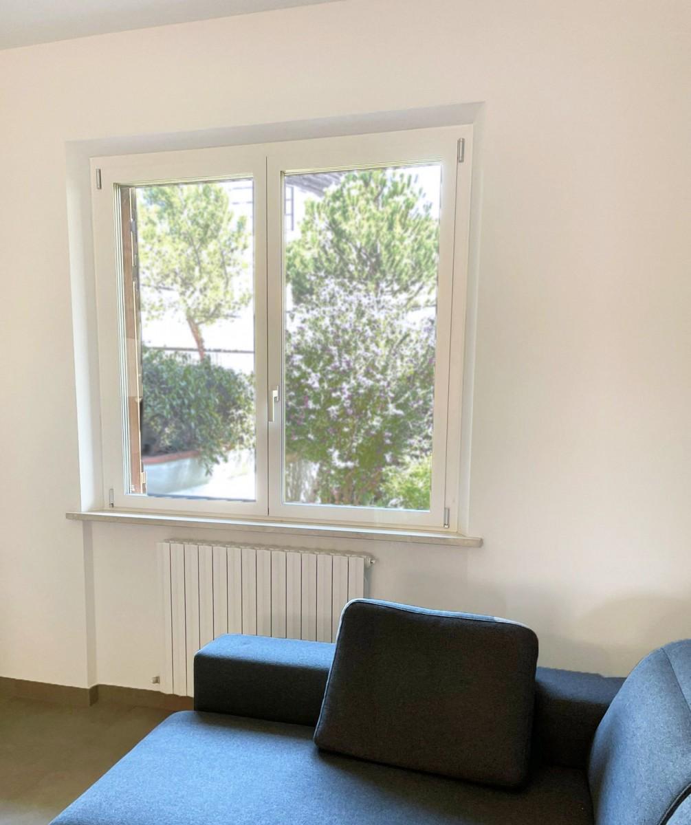 serramenti in alluminio bicolore con vetro interno bianco