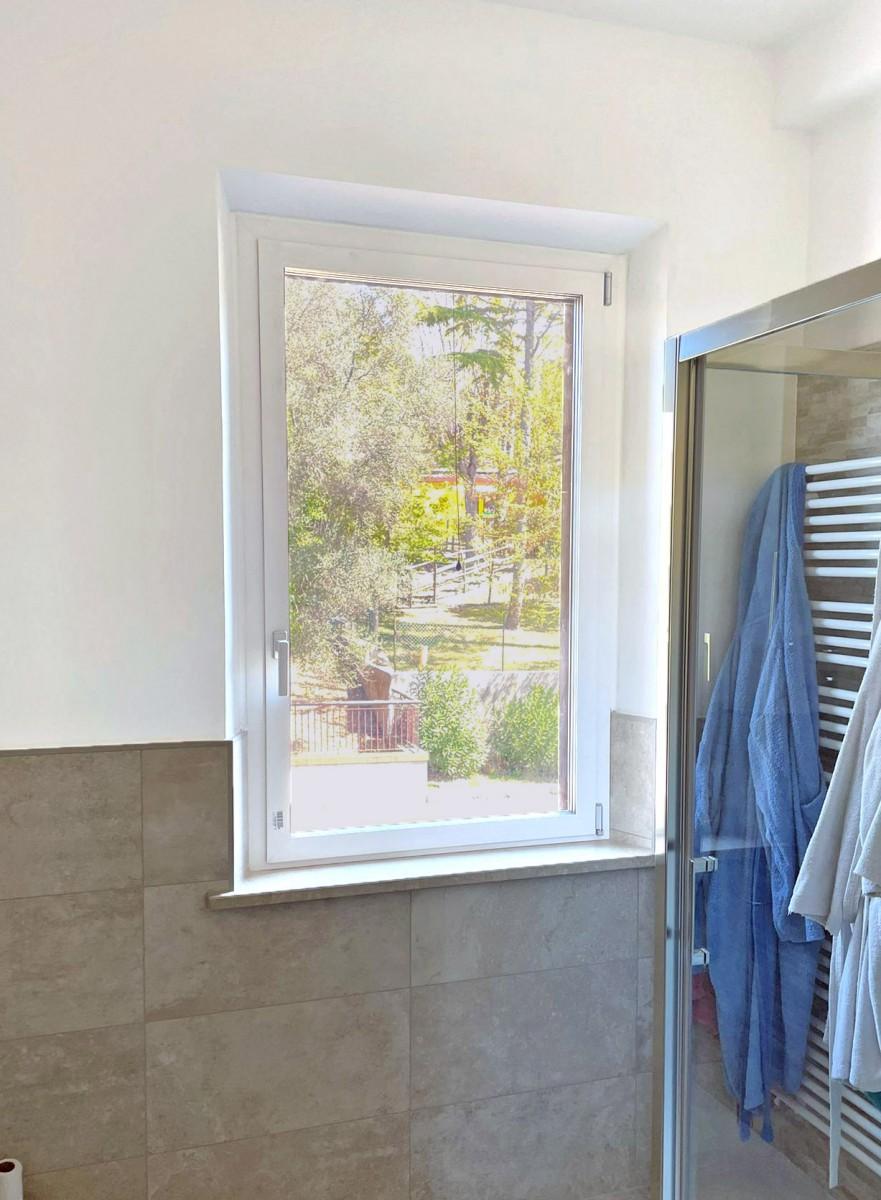 serramenti in alluminio bicolore, interno bianco